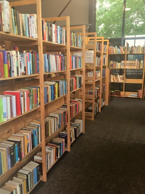 Gedeelte van de boekenafdeling van Dorcas Genemuiden